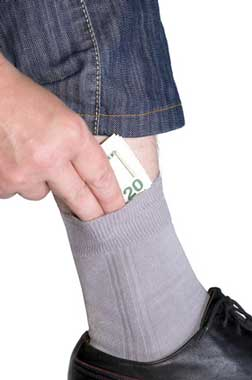 hiding money © dervish15 - Fotolia.com